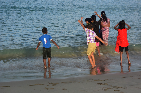 03_Trincomalee_beach_impression_playing_kids