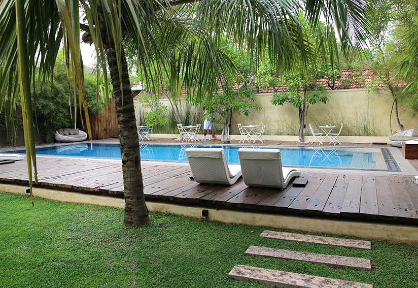 03_negombo_pledge3_hotel_pool_relaxing